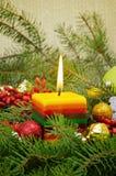 Weihnachtszusammensetzung mit einer brennenden Kerze Stockfotos