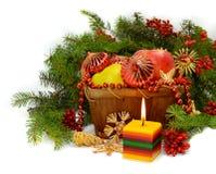 Weihnachtszusammensetzung mit einer brennenden Kerze Lizenzfreie Stockfotos