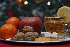 Weihnachtszusammensetzung mit einer Tasse Tee Stockbilder