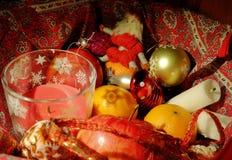 Weihnachtszusammensetzung mit Frucht, Kerzen und Weihnachtsdekor lizenzfreie stockfotografie
