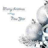 Weihnachtszusammensetzung mit Geschenkbox und Dekorationen Stockfotos