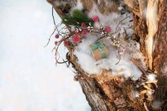 Weihnachtszusammensetzung mit Geschenkbox verzierte grünes Band Stockbilder