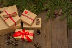Weihnachtszusammensetzung mit Geschenken, rotem Band, Tannenbaum und PU Lizenzfreies Stockfoto