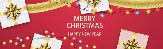 Weihnachtszusammensetzung mit Geschenken und Girlanden Lizenzfreie Stockbilder
