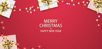 Weihnachtszusammensetzung mit Geschenken und Girlanden Festlicher roter Hintergrund, Draufsicht Lizenzfreies Stockbild