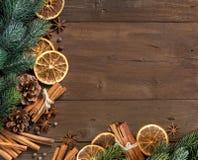 Weihnachtszusammensetzung mit Gewürzen Stockbilder
