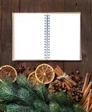 Weihnachtszusammensetzung mit Gewürzen und Notizbuch Stockfotos
