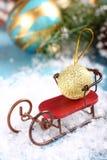 Weihnachtszusammensetzung mit Pferdeschlitten und Ball Lizenzfreies Stockfoto