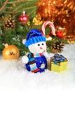 Weihnachtszusammensetzung mit Schnee und einem Schneemann Lizenzfreies Stockfoto