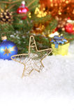 Weihnachtszusammensetzung mit Schnee- und Weinlesedekoration Stockfotografie