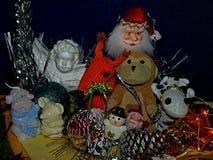 Weihnachtszusammensetzung mit Spielwaren und Dekorationen stockfoto