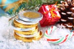 Weihnachtszusammensetzung mit Staplungsschokoladeneuromünzen Lizenzfreie Stockbilder
