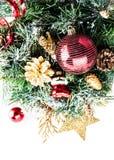 Weihnachtszusammensetzung mit Tannenbaum, -schnee und -dekorationen Lizenzfreies Stockfoto