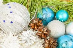 Weihnachtszusammensetzung mit Tannenbaumast, schöne blaue Bälle stockbild
