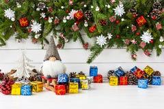 Weihnachtszusammensetzung mit verziertem Weihnachtstannenbaum, Gnom, Geschenkboxen Lizenzfreie Stockfotos