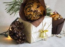 Weihnachtszusammensetzung mit Weihnachtsnachtisch und einem Geschenk im Retrostil Stockbild