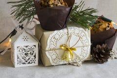Weihnachtszusammensetzung mit Weihnachtsnachtisch und einem Geschenk im Retrostil Lizenzfreie Stockfotos
