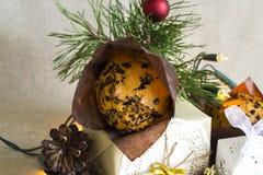 Weihnachtszusammensetzung mit Weihnachtsnachtisch und einem Geschenk im Retrostil Stockbilder