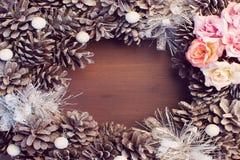 Weihnachtszusammensetzung, Rahmen Gezierte Kegel und Blumen liegen schön in einem Kreis stockfoto