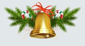 Weihnachtszusammensetzung von grünen gezierten Zweigen, von Personal und von goldener Glocke mit rotem Band lizenzfreie abbildung
