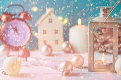 Weihnachtszusammensetzungs-Laternen-Haus-Kerzen-Halter-Ball-Band-Kiefern-Kegel-Weinlese-Uhr fünf Minuten zum neues Jahr-Mitternac Lizenzfreies Stockfoto
