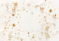 Weihnachtszusammensetzungshintergrund von den Dekorationen der Goldweißen weihnacht stockfoto