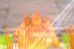 Weihrauch, der an einem Tempel brennt Stockbild