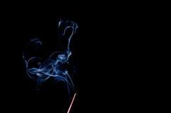 Weihrauch-Steuerknüppel mit Rauche lizenzfreies stockfoto