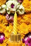 Weihrauch und Blumen, Orchideen, Ringelblume in Loy Krathong-Festival, lizenzfreies stockfoto