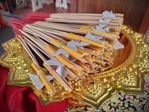 Weihrauch und Kerzen auf einem goldenen Behälter lizenzfreie stockfotografie