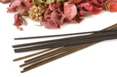 Weihrauch und Trockenblumengesteck Stockbilder