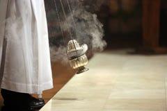 Weihrauch während der Masse am Altar Lizenzfreie Stockfotos