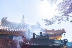 Weihrauchrauch, der in einen Tempel steigt Lizenzfreies Stockfoto
