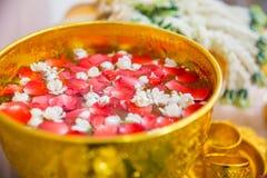 Weihwasser mit dem Aroma rosafarben und Jasminblume lizenzfreies stockfoto