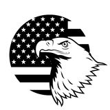 Weißkopfseeadler gegen USA-Flagge Stockfotografie