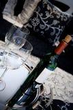 Wein auf Bett - Feier Lizenzfreie Stockbilder