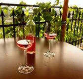 Wein auf dem Tisch Lizenzfreie Stockfotografie