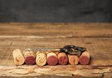 Wein bekorkt das Lügen auf einem Weinleseholztisch mit Korkenzieher lizenzfreies stockbild