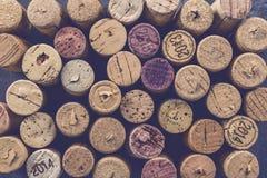 Wein bekorkt Traubenform und -rebe auf Steintabelle Draufsicht mit Kopienraum für Ihren Text lizenzfreies stockfoto