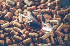 Wein bekorkt Traubenform und -rebe auf Steintabelle Draufsicht mit Kopienraum für Ihren Text lizenzfreies stockbild
