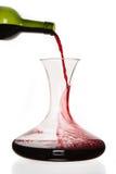 Wein, der aus der Flasche in Karaffe gießt Stockfoto