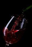 Wein, der in ein Glas gegossen wird Lizenzfreie Stockbilder