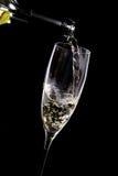 Wein, der in ein Glas gegossen wird Stockfotos