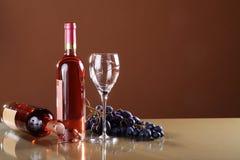 Wein in der Flasche und in den Trauben Stockfoto