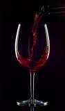 Wein, der gegossen wird Stockfotos