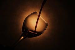 Wein, der in Glas gießt Stockfotografie