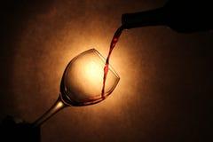 Wein, der in Glas gießt Stockfotos