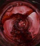 Wein, der innerhalb des Flaschenspritzens gießt Stockfoto