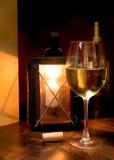Wein in der Kerze-Leuchte Stockfoto
