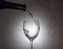 Wein, der zum Glas gießt Stockfotos